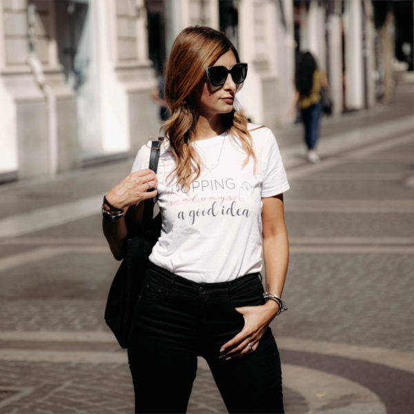 maglietta-shopping-is-always-a-good-idea-tshirt-bianca-collezione-influencer-instagram-moda-shop-online