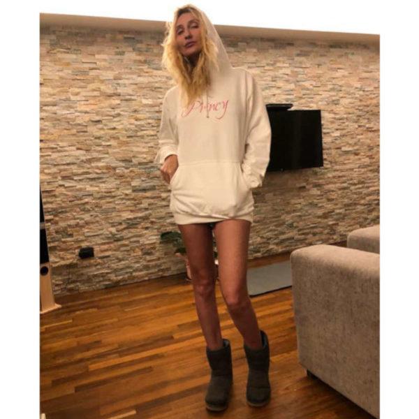 felpa-con-cappuccio-princy-felpa-bianca-collezione-influencer-donna-instagram-moda-shop-online